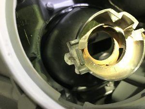 コンバイン 妻が乗っているカルディアのヘッドライトのバルブ取り付けの修理をしていました。  割れたプラスチック部