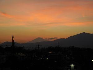 2007年4月から もう、一枚。  日没後の夕焼けです。  少し早目の投稿ですが、目に止まると思って。 いい休日に、なり