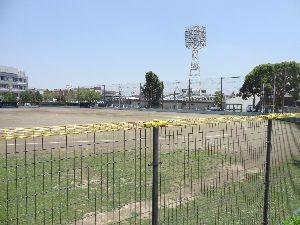 数人のための繋ぎスレ 10月13日(日) 楽天vs オリックス 4-10 道路を挟んで隣は富士見球場だが、中学校の運動場も兼ねているらしい。グラウンドにはトラックも描かれてい