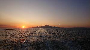 太陽は、神である。輝いているよ。 コロナ  彩層のさらに外側にはコロナと呼ばれる約200万度のプラズマ大気層があり、太陽半径の10倍以