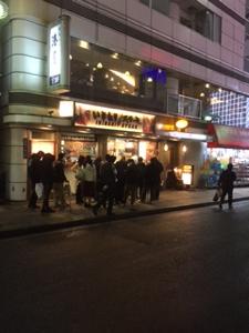 3053 - (株)ペッパーフードサービス 19:30頃の新宿駅西口のいきなりステーキ、小雨の中ここだけ凄い行列でしたよ!1時間後に通ったら更に