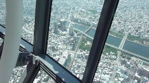 東京スカイツリー賛歌 東京駅から錦糸町へタクシーでツリーに着いたのが九時半、 予備知識もなくまごまごして整理券をもらうのに