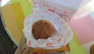 9873 - 日本KFCホールディングス(株) ビスケット、ドーナツのような穴が開いてないんだね。 9月19日にべた時、穴が開いてなくて、失敗作かと
